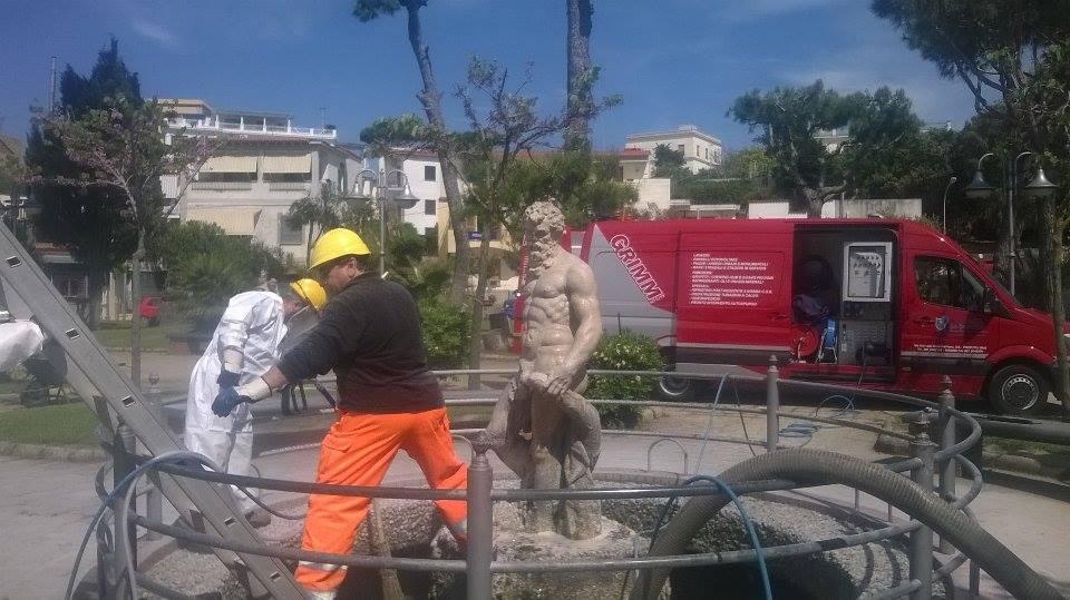 la pulizia della statua di Nettuno